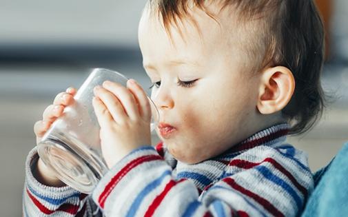 Bebeğinizin Biberondan Bardağa Geçiş Kılavuzu